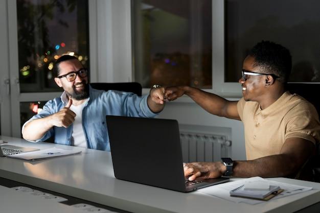 Zakelijke teamgenoten die laat op kantoor werken