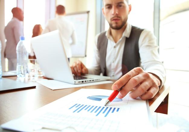 Zakelijke teamvergadering aanwezig. professionele investeerder die werkt met een nieuw startproject. financiën managers taak. digitale tablet laptop computer ontwerp slimme telefoon in ochtendlicht