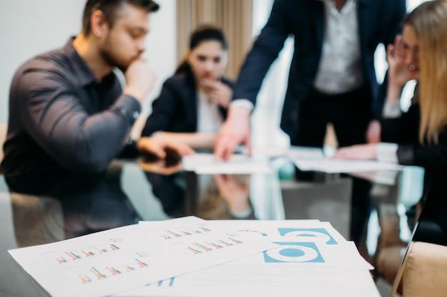 Zakelijke teamvergadering in kantoorwerkruimte