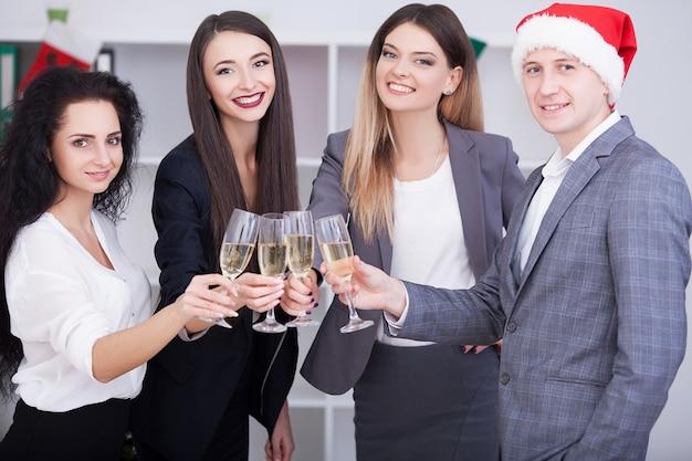 Zakelijke teamvergadering. mensen uit het bedrijfsleven vieren kerstmis.