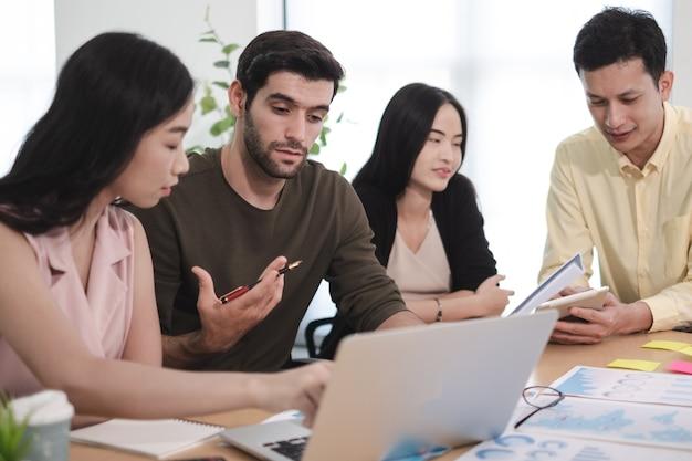 Zakelijke teamvergadering plan budgetraming kostenwinst / verlies van creatief project op kantoor