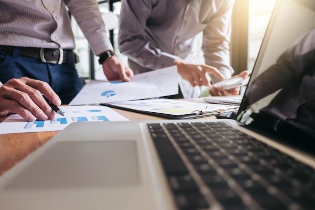 Zakelijke teamvergadering werken met nieuwe startup project-, discussie- en analysegegevens de c