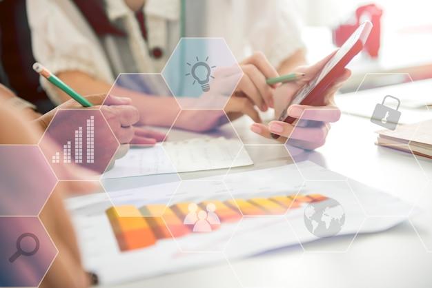 Zakelijke teamwerkvergadering en succes voor prestatiedoel. fintech en technologie