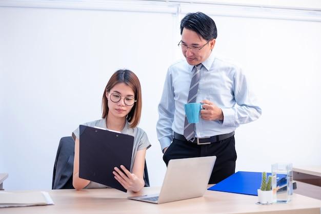 Zakelijke teamwerkvergadering en succes voor prestatiedoel