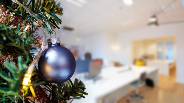Zakelijke vergaderruimte in kantoor en merry christmas tree