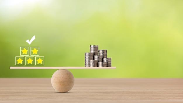 Zakelijke vijfsterrenbeoordelingservaring op houten blok met geld dat munt stapelt op wipbalancering