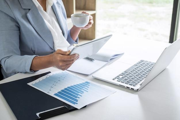 Zakelijke vrouw accountant financier werken audit en het berekenen van de balans van de kosten financiële jaarverslag balans, financiën doen document controleren en notities maken op rapport papier