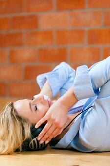 Zakelijke vrouw luisteren muziek of taalcursus