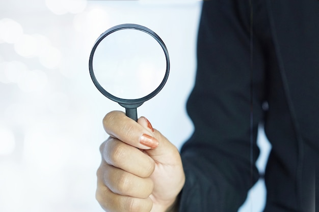 Zakelijke vrouw of human resources met vergrootglas glas in de hand