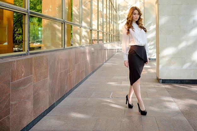 Zakelijke vrouw outfit voor kantoor