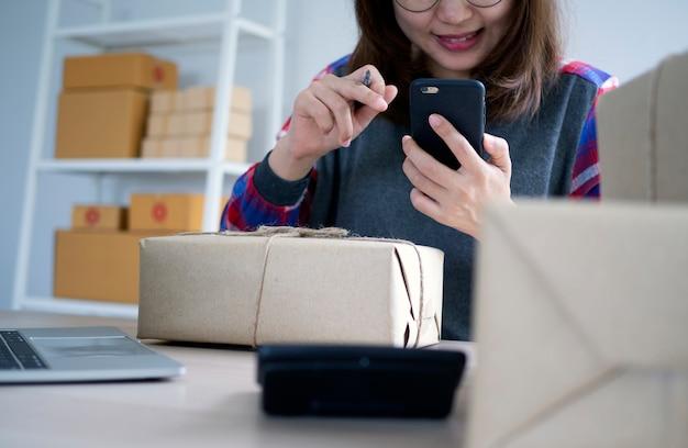 Zakelijke vrouwen chatten gelukkig met online klanten.