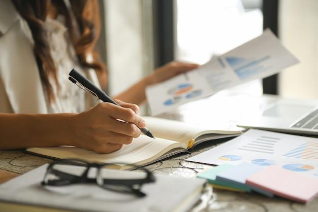 Zakelijke vrouwen controleren de bedrijfsprestaties.