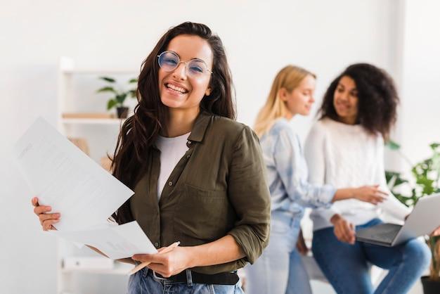 Zakelijke vrouwen werken