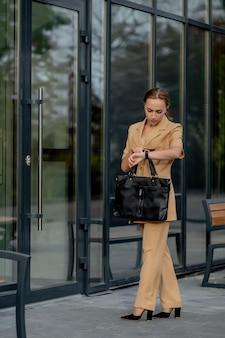 Zakelijke vrouwenstijl vrouw met aktetas gaat werken portret van mooie glimlachende vrouw