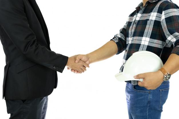 Zakelijke zakenman en ingenieur hand schudden hand succesvolle deal in geïsoleerde.