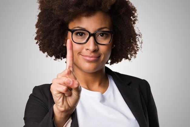 Zakelijke zwarte vrouw nummer één gebaar te doen