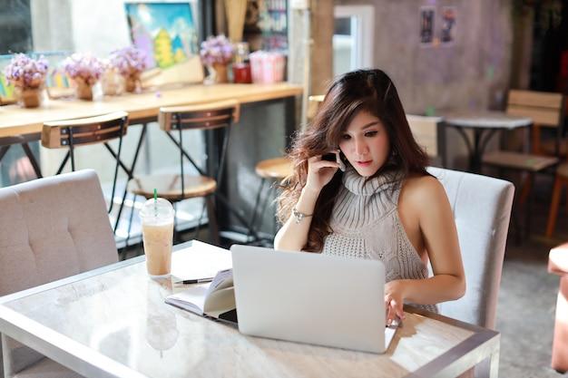 Zaken die online, jonge aziatische vrouw in vrijetijdskleding het werken verkopen