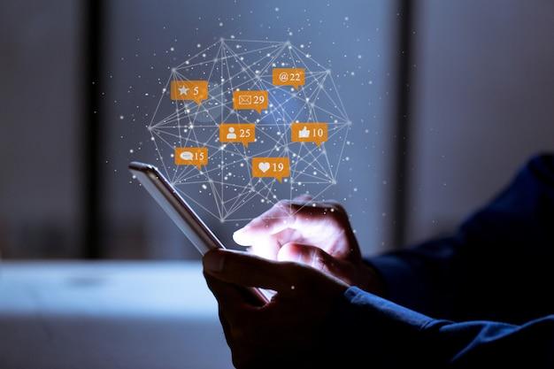Zaken die smartphone, sociale media sociale innovatie van de netwerktechnologie concept gebruiken.