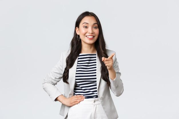 Zaken, financiën en werkgelegenheid, concept van vrouwelijke ondernemers. glimlachende succesvolle aziatische zakenvrouw die een toespraak houdt over de vergadering, een leuk idee van de werknemer prijst, een wijzende vinger zegt een goed punt.