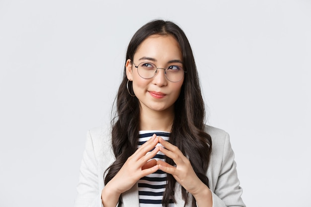 Zaken, financiën en werkgelegenheid, vrouwelijk succesvol ondernemersconcept. close-up van een slimme en creatieve zakenvrouw die een plan heeft, torenvingers, iets interessants bedenkt