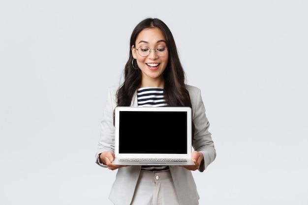 Zaken, financiën en werkgelegenheid, vrouwelijk succesvol ondernemersconcept. enthousiaste zakenvrouw in pak en bril met presentatie, demonstreer haar project op laptopscherm