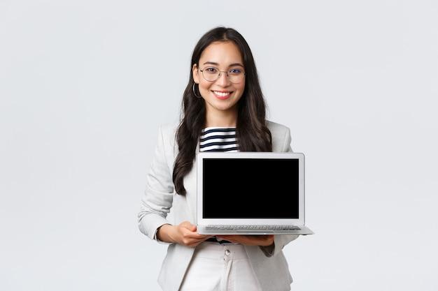 Zaken, financiën en werkgelegenheid, vrouwelijk succesvol ondernemersconcept. getalenteerde makelaar in onroerend goed die locatie toont aan klanten op laptopscherm, ontmoeting met collega's op kantoor