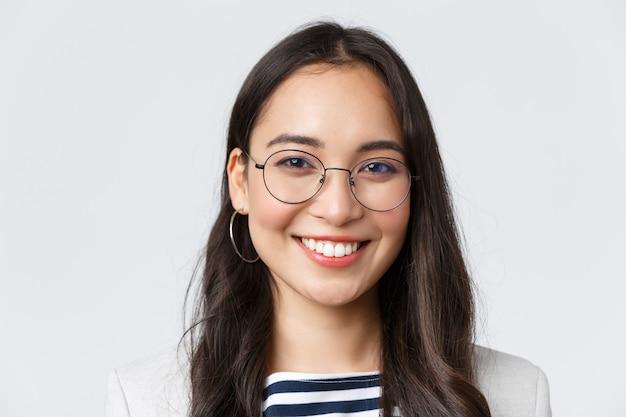 Zaken, financiën en werkgelegenheid, vrouwelijk succesvol ondernemersconcept. knappe aziatische zakenvrouw in bril en pak glimlachend vriendelijk en zelfverzekerd, werkend op kantoor