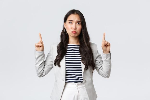 Zaken, financiën en werkgelegenheid, vrouwelijk succesvol ondernemersconcept. sombere en overstuur zakenvrouw voelt zich ongemakkelijk van gemiste kans, wijst naar boven en mokt verdrietig