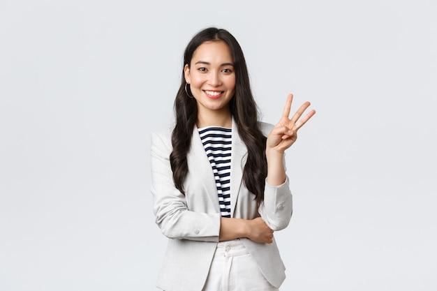 Zaken, financiën en werkgelegenheid, vrouwelijk succesvol ondernemersconcept. succesvolle vrouwelijke zakenvrouw, aziatische makelaar in onroerend goed die met de vinger wijst, nummer drie toont en glimlacht