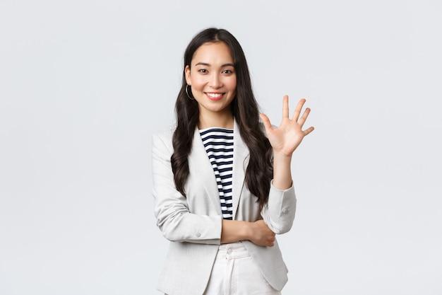 Zaken, financiën en werkgelegenheid, vrouwelijk succesvol ondernemersconcept. succesvolle vrouwelijke zakenvrouw, aziatische makelaar in onroerend goed die met de vinger wijst, nummer vijf toont en glimlacht