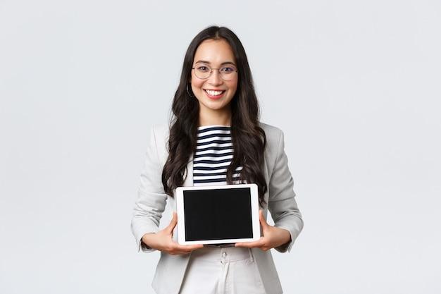 Zaken, financiën en werkgelegenheid, vrouwelijk succesvol ondernemersconcept. vriendelijk lachende makelaar in onroerend goed die de beste deal toont aan klanten op een digitaal tabletscherm, in samenwerking met klanten