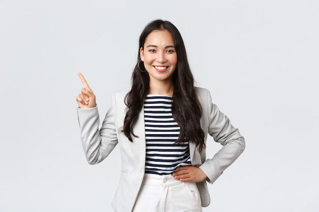Zaken, financiën en werkgelegenheid, vrouwelijk succesvol ondernemersconcept. vrolijke succesvolle zakenvrouw in wit pak wijzende vingers in de linkerbovenhoek, met reclame