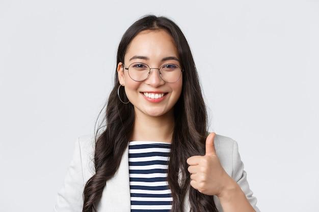 Zaken, financiën en werkgelegenheid, vrouwelijk succesvol ondernemersconcept. zelfverzekerde glimlachende zakenvrouw biedt de beste service, verzekert zijn goede deal, duim omhoog ter goedkeuring