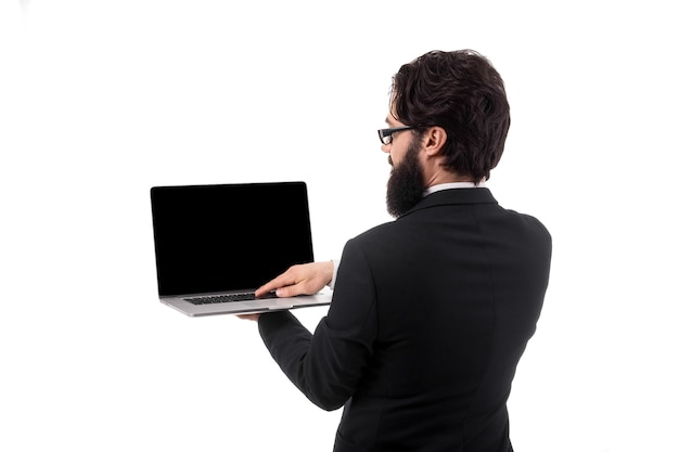 Zaken man houden en met behulp van laptop computer met een leeg scherm, geïsoleerd op een witte achtergrond