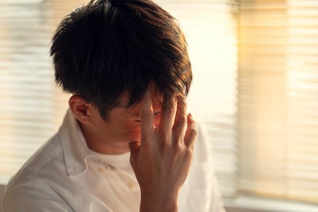 Zaken man stress en zorgen over de late tijd om werkproject te beëindigen