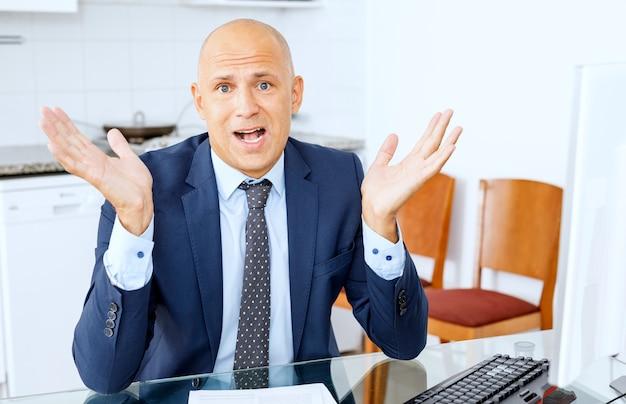 Zaken, mensen, stress, mislukken boze zakenman met computer op kantoor