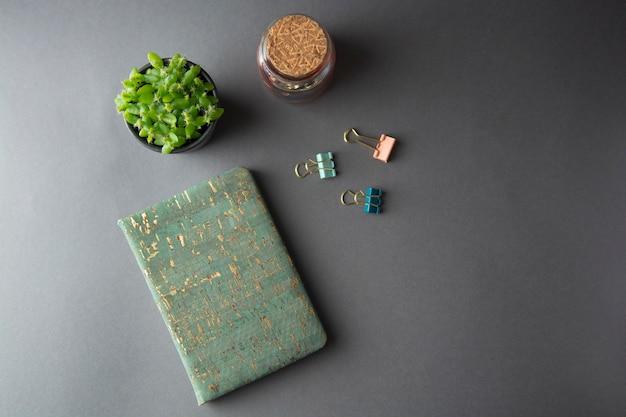 Zaken, onderwijs, stilleven. bureaulijst met modieus notitieboekje.