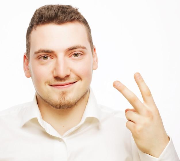 Zaken, succes en mensenconcept - jonge bedrijfsmens die wit overhemd draagt, dat op wit wordt geïsoleerd.