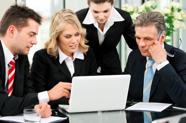 Zaken - teamvergadering in bureau