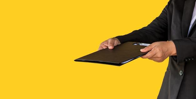 Zaken vrouw overhandigd documentbestand aan klant