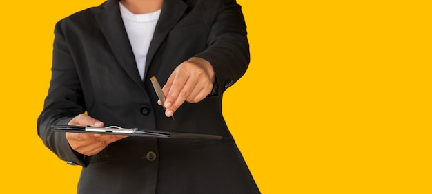 Zaken vrouw overhandigde de pen aan klant