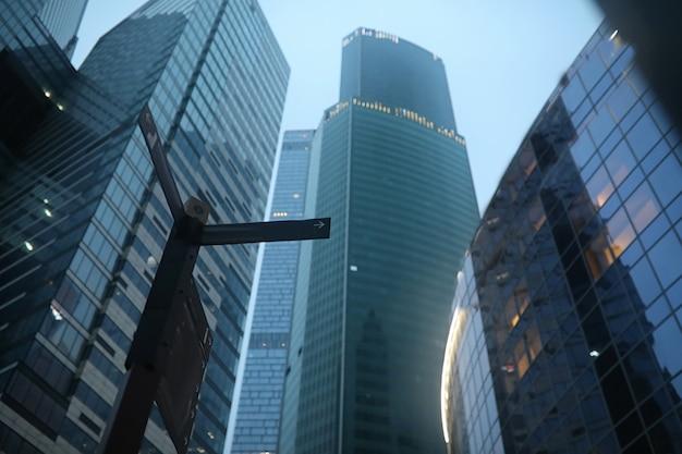 Zakencentrum in een grote stad met hoge wolkenkrabbers in de avond
