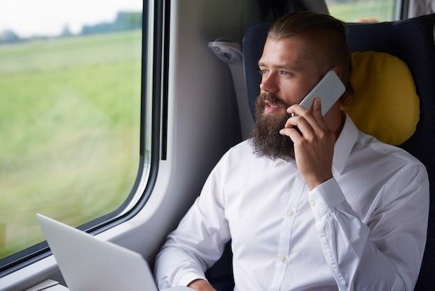 Zakendoen tijdens het reizen met de trein