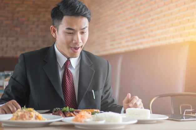 Zakenlieden aten biefstuk in een restaurant.
