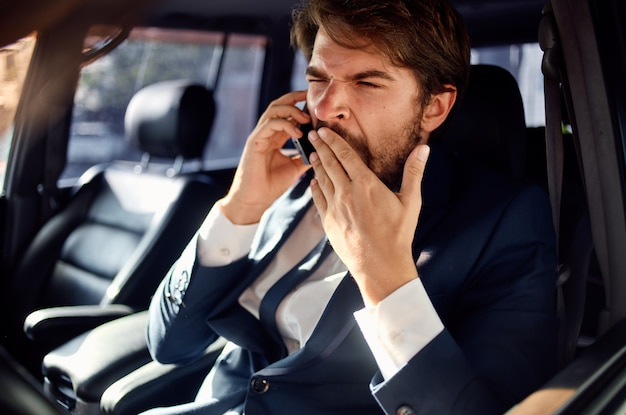 Zakenlieden autorijden luxe levensstijl communicatie per telefoon. hoge kwaliteit foto