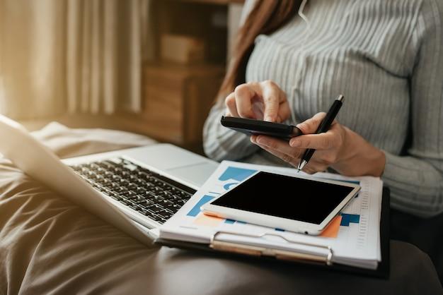 Zakenlieden berekenen inkomensuitgaven en analyseren vastgoedinvesteringsgegevens op kantoor.