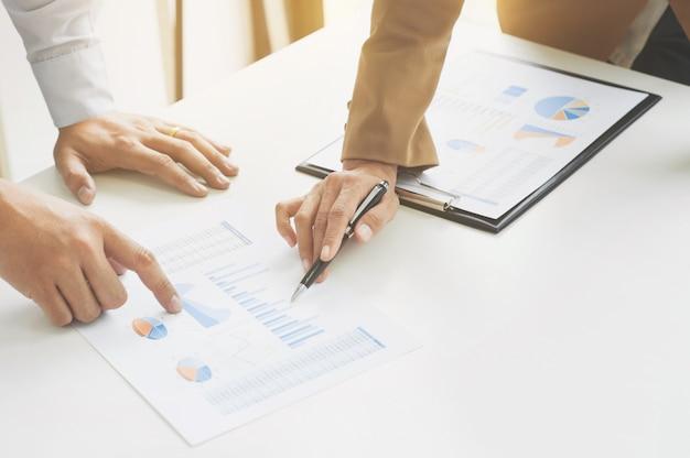 Zakenlieden brainstormen bespreken op investeringswaardebepaling in moderne bureauruimte