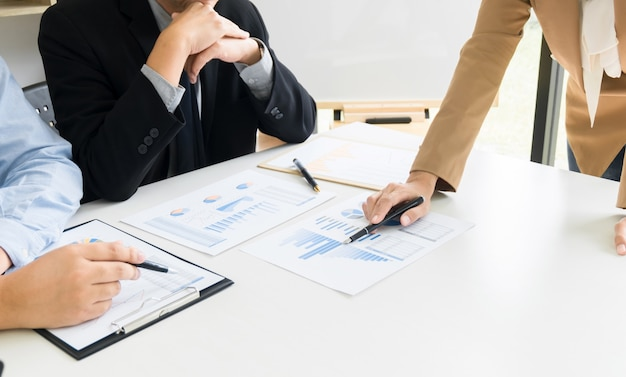 Zakenlieden brainstormen bespreken verkoopprestaties op nieuw project in moderne kantoorruimte
