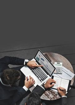 Zakenlieden die aan strategische planning werken