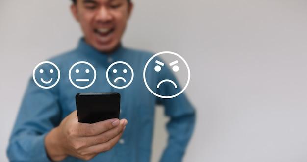 Zakenlieden die een lichtblauw overhemd dragen om het niveau van tevredenheidsscore met exemplaarruimte te selecteren.